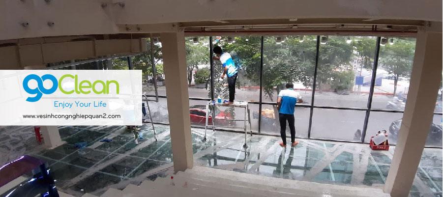 Đội vệ sinh GoClean lau kính công trình mới thi công xong